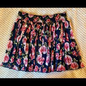 Pleated floral mini skirt.